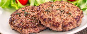 hamburguer-caseiro-com-salada Receita de carne de hambúrguer caseiro