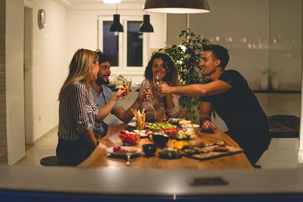 pessoas jantando e rindo