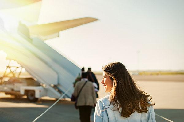 Mulher entrando em avião