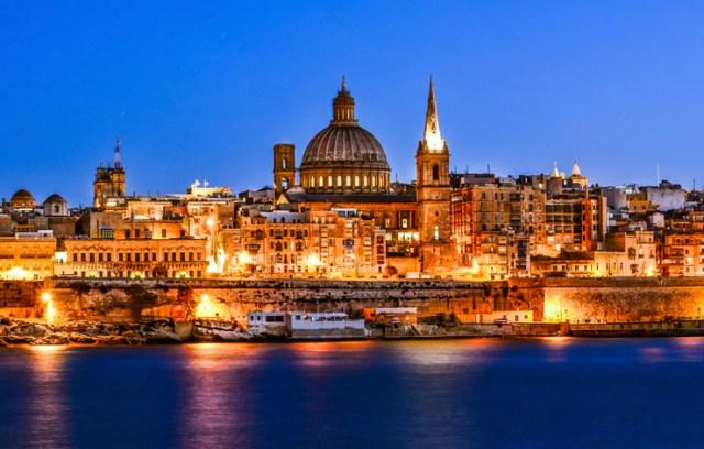 foto de Valetta, capital de Malta, à noite
