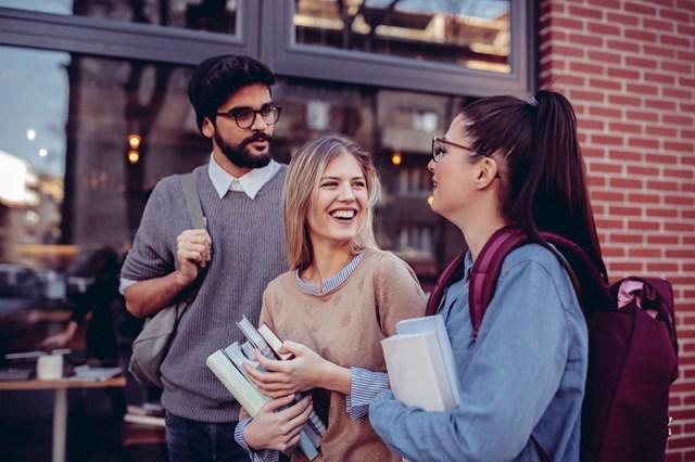 Estudantes conversando e rindo aprendendo inglês ou francês