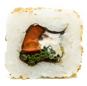 Fazendo sushi rolls invertidos