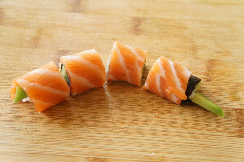 cutting-upstream-sushi-roll