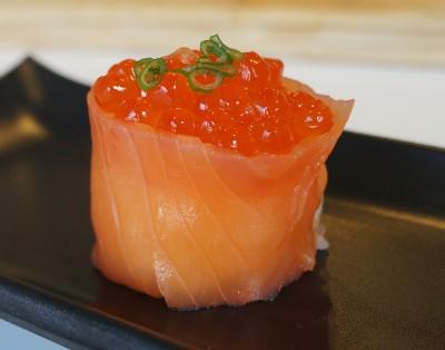 Sushi Gunkan de salmão fumado com Tobiko