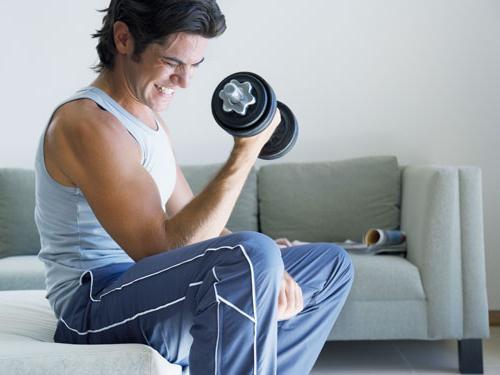 un braccio kettlebell dondola la perdita di grasso