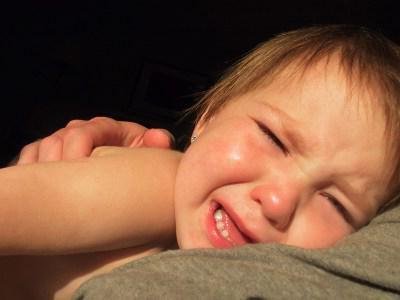 Почему новорожденный кряхтит вздрагивает или плачет во сне