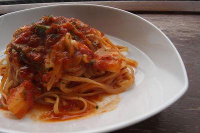 季節野菜とモッツァレラチーズのトマトソースパスタ