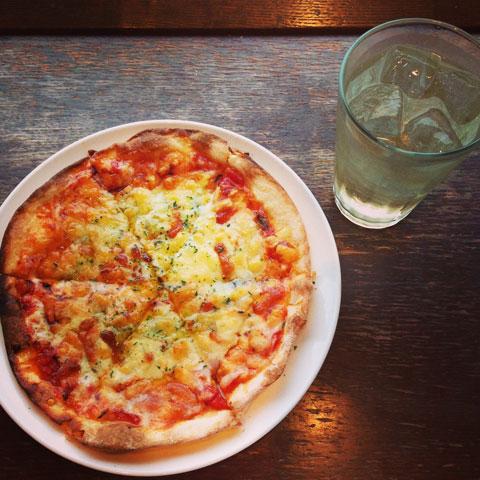 ジェノベーゼ&オニオンピザ