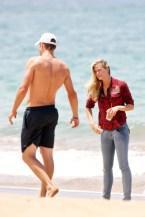 Brooklyn+Decker+wanders+down+beach+Hawaii+a_lqc6US3Ful