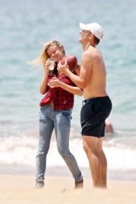 Brooklyn+Decker+wanders+down+beach+Hawaii+aq26xM7CKfgl