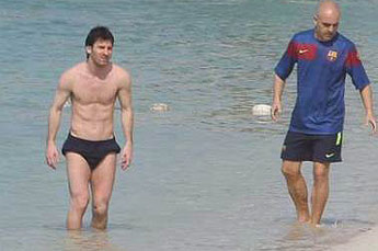 Lionel Messi Shirtless Training at Abu Dhabi beach (3/6)