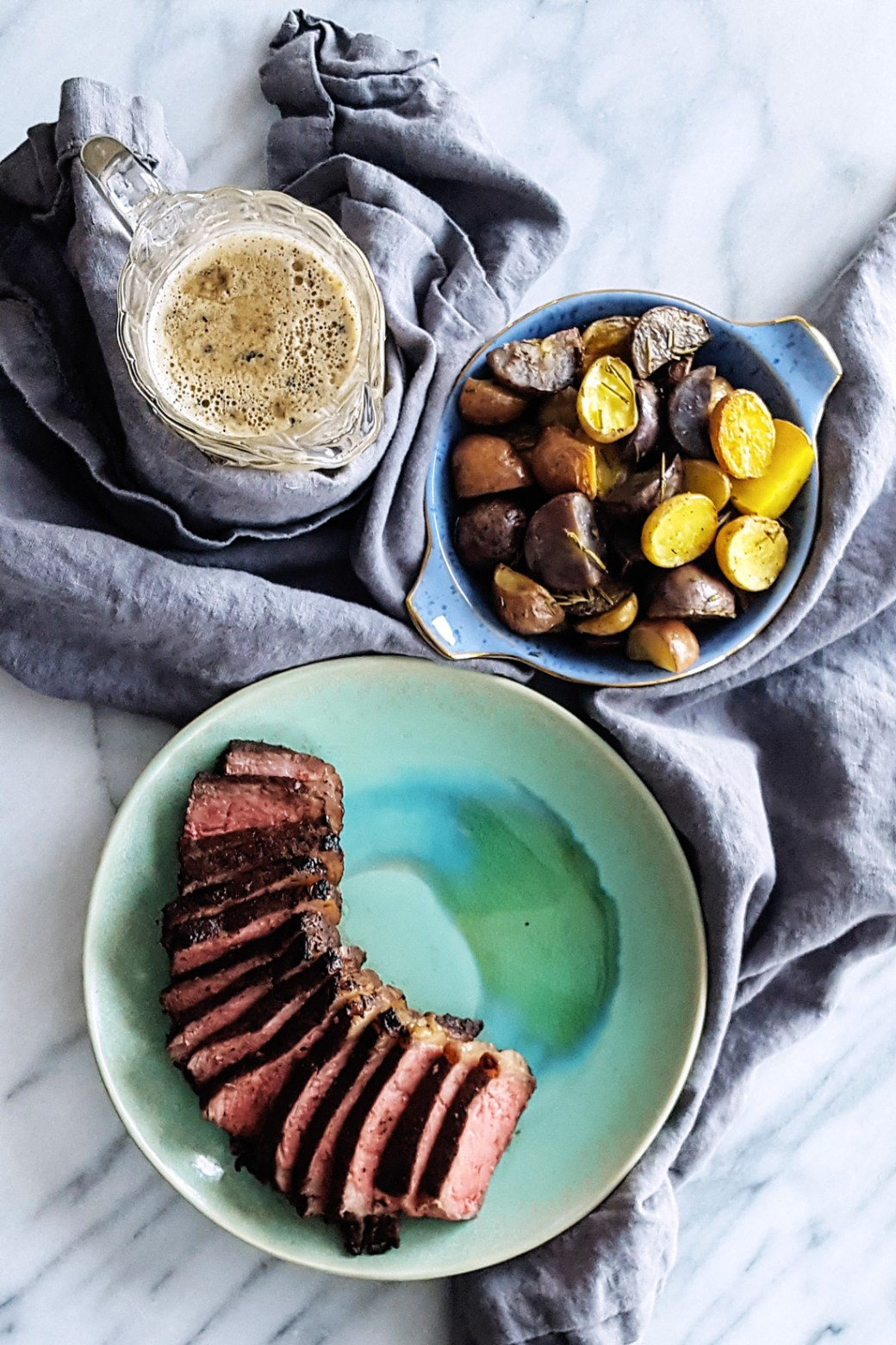 Get ready for a simple & decadent dinner with this Coffee & Cocoa Rubbed Steak in Peppercorn Bourbon Cream Sauce. #datenightin #valentinesday #dinnerdate #steakdinner | FeastInThyme.com