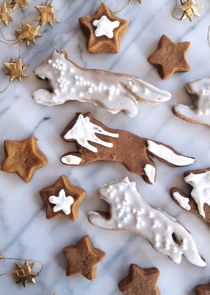 A trio of gingerbread cookie foxes.