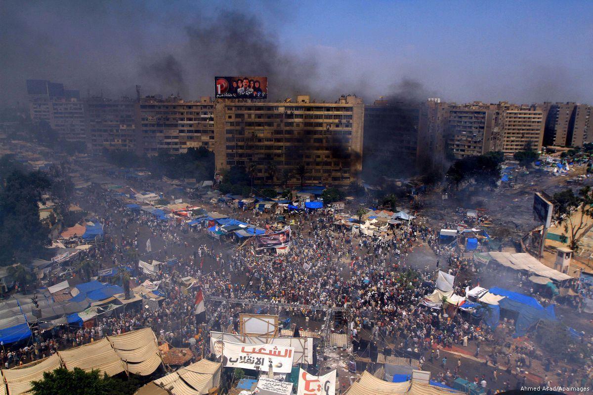 Fumaça na praça Rabaa al-Adawya após confrontos entre partidários do ex-presidente Morsi e policiais no Cairo, Egito. Em 14 de agosto de 2013 [Ahmed Asad/Apaimages]