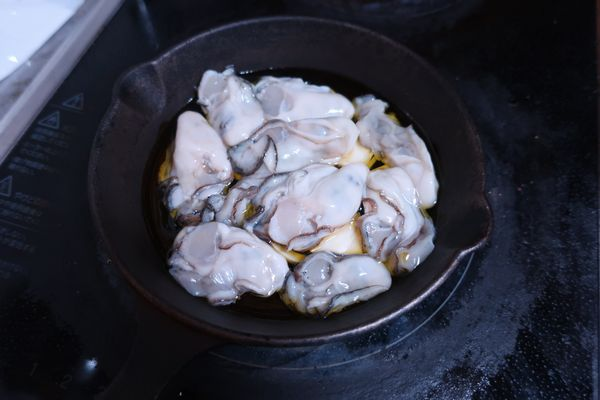 オリーブオイルとにんにく、牡蠣