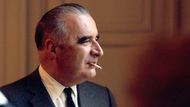 Georges POMPIDOU dans son bureau de Latour Maubourg