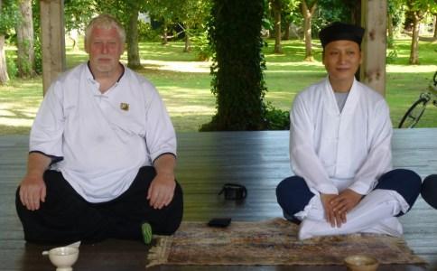 William Nelson et le moine Cui Li Ming, maître de méditation au Temple de Nuage Blanc à Lembrun en 2014
