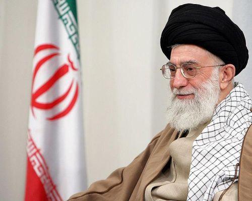 El ayatolá y supremo líder de Irán, Ali Jamenei, supervisa los asuntos públicos de su país y ejerce un alto grado de discrecionalidad sobre el gobierno iraní. Como sucesor del ayatolá Ruhollah Jomeini, quien hizo de Irán una teocracia islámica, Jamenei retiene su palco desde 1979 – desde hace 25 años.