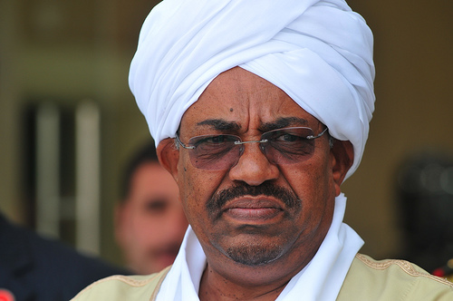 Omar al-Bashir gobierna Sudán desde 1989, cuando se consagrara en el poder por medio de un golpe de Estado. Wikileaks reveló que el presidente sudanés se habría llevado a su bolsillo $9 billones de dólares de fondos públicos. Lo concreto, es que al-Bashir es el único Jefe de Estado buscado por la Corte Penal Internacional por crímenes de lesa humanidad contra la población (cristiana) del sur de Sudán – región obtuvo su independencia en 2011 tras una calamitosa guerra civil. Si bien entonces al-Bashir gobierna un Sudán escindido, está en el poder desde hace 25 años.