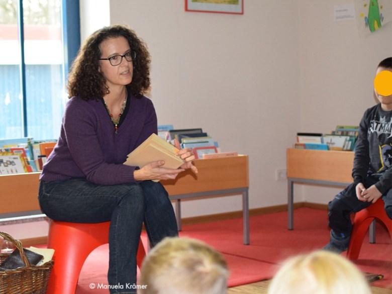Märchenerzählerin mit Buch in der Hand
