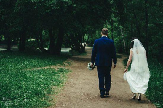 молодожены уходят в даль, свадьба в Брянске