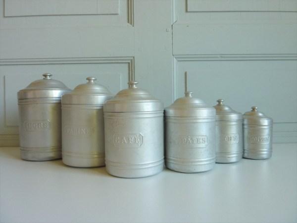 Pots à épices en fer blanc anciens