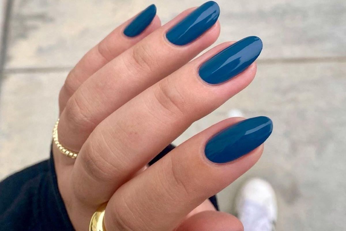 @nailpolishedlife is wearing ZOYA Lou on her nails.