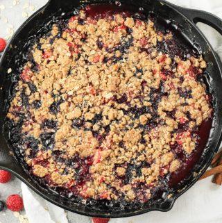 berry crisp in cast iron pan