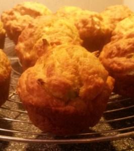 Hartige muffins met lente-ui en cheddar