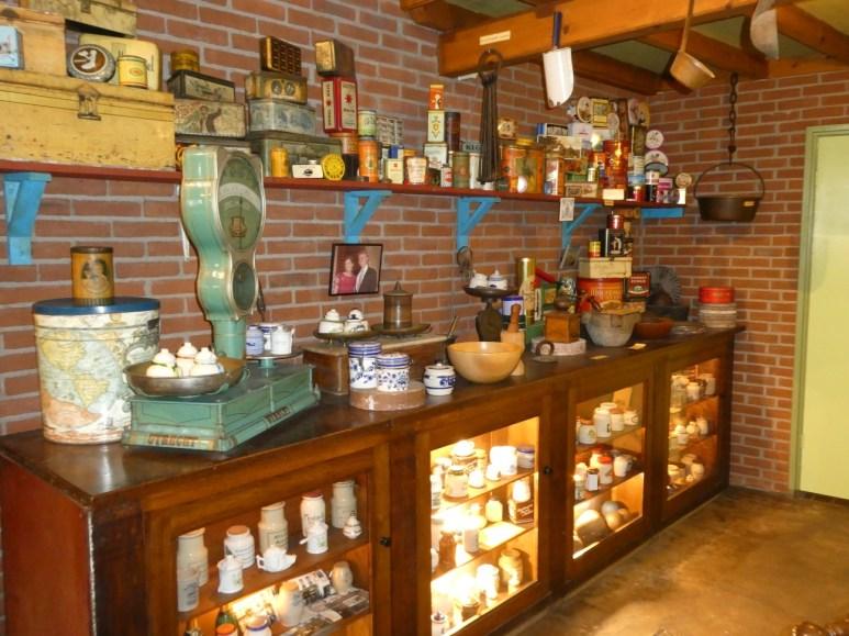 Verzameling oude mosterdpotjes en andere spullen