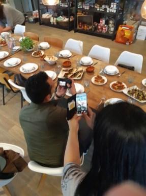 Foodbloggers be foodbloggers: eerst foto's, dan eten.