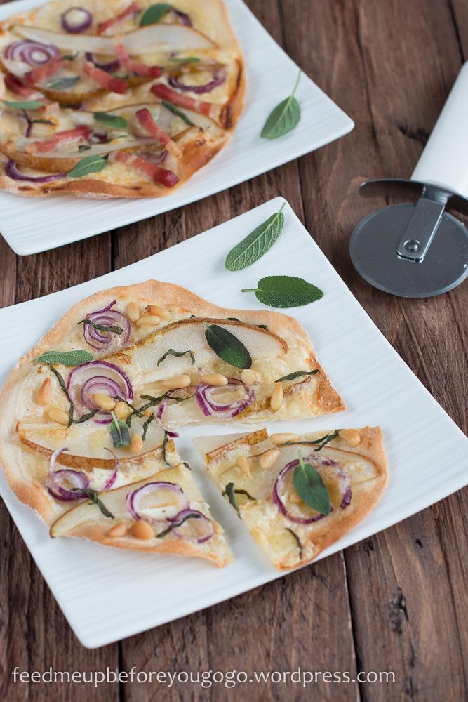 Flammkuchen mit Birne, Salbei und Bergkäse vegetarisch und mit Speck Rezept-2