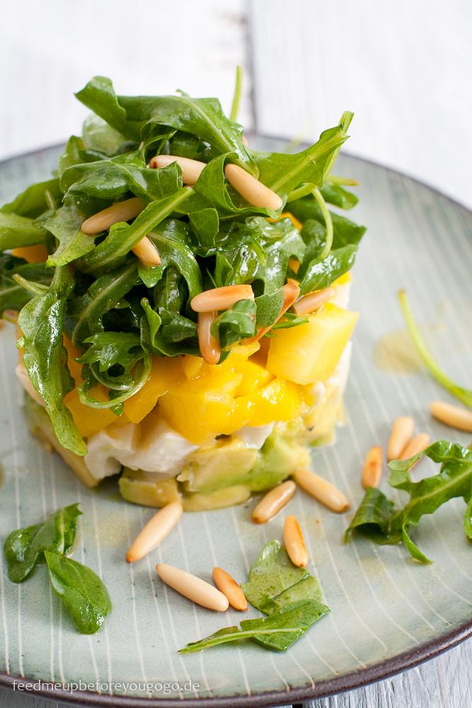 Avocado-Mango-Salat mit Mozzarella, Rucola und Pinienkernen Rezept