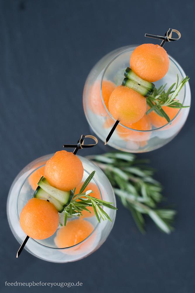 Gin Tonic von oben mit Gin Mare, Melone und Gurke Rezept Drink Feed me up before you go-go