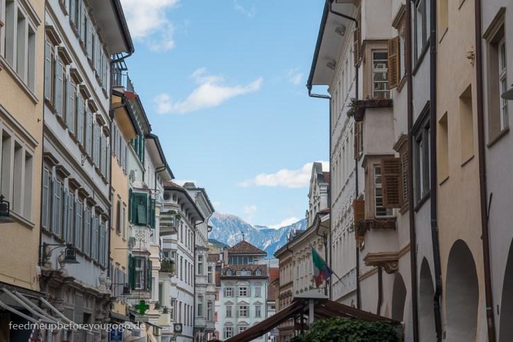 Bozen kulinarisch Innenstadt mit Bergen Südtirol Italien