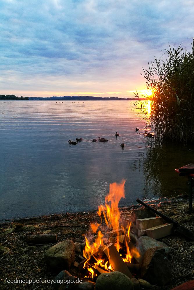 Lagerfreuer und Sonnenuntergang am Chiemsee Bayern