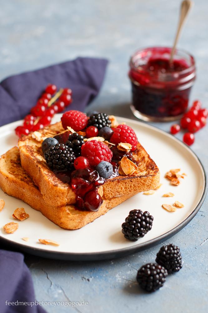 French Toast mit beschwipsten Beeren und Mandel-Crunch Rezept