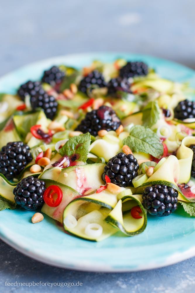 Roher Zucchini-Brombeer-Salat mit Blaubeer-Dressing Rezept