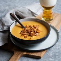 Käse-Bier-Suppe mit Apfel und Knoblauchchips
