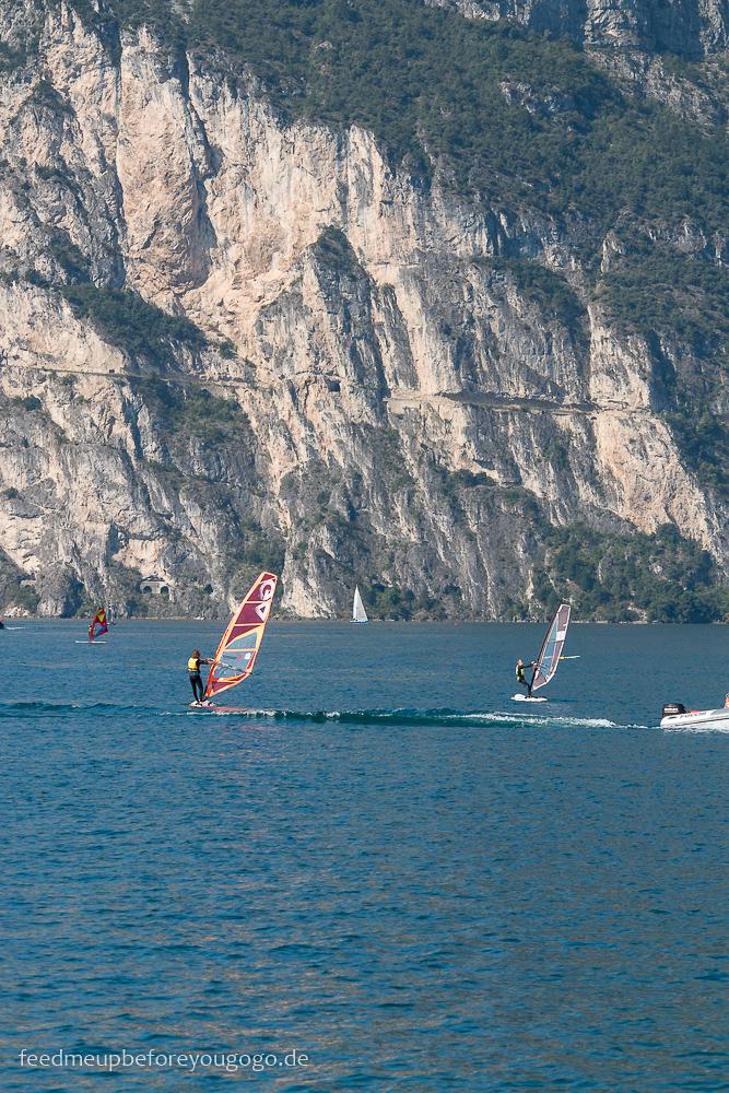 Reisetipps für den Gardasee: Surfer in Torbole sul Garda