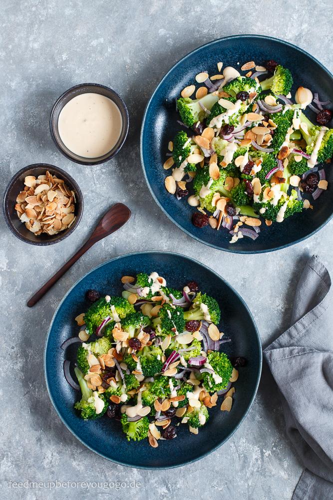 Für heiße Sommertage: Schneller Brokkoli-Tahini-Salat mit Mandeln und Cranberries