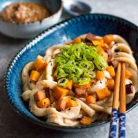 Selbst gemachte Udon-Nudeln mit Miso-Kürbis und Sesamsoße