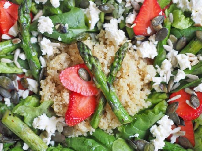 Salat mit Quinoa, grünem Spargel und Erdbeeren 4