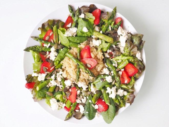 Salat mit Quinoa, grünem Spargel und Erdbeeren 7