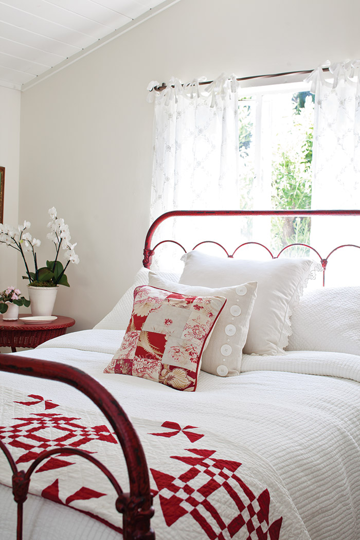 15 Impressive Red and White Interior Designs That You