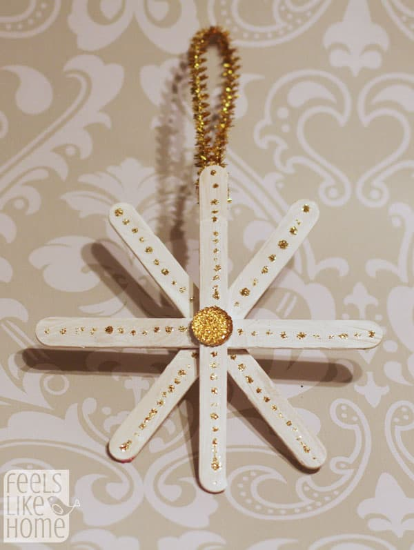 DIY popsicle stick snowflake Christmas tree ornaments - These simple and easy crafts for the holidays are great for toddlers, preschoolers, kids, or teens, boys and girls. Even better with some paint and glitter.