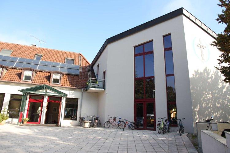 Gemeinde FeG Fürstenfeldbruck: Hauptgebäude mit Eingang.