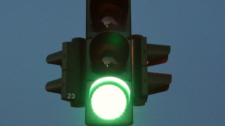 Großaufnahme einer grünen Ampel