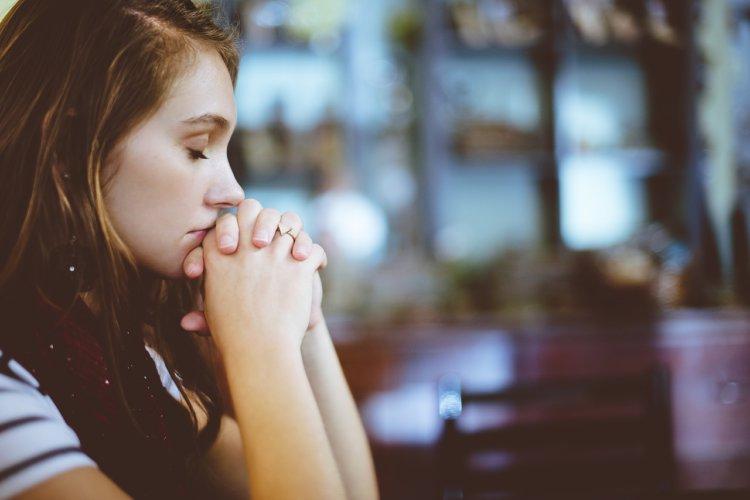 "Symbolbild ""Gebet"": Nahaufnahme betende Frau"