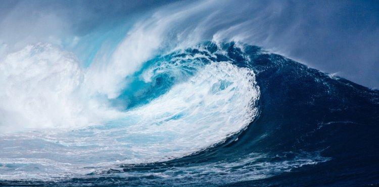 """Symbolbild zur Predigt """"Welt ging verloren - Ich bin verloren!"""": Riesenwelle im Ozean"""